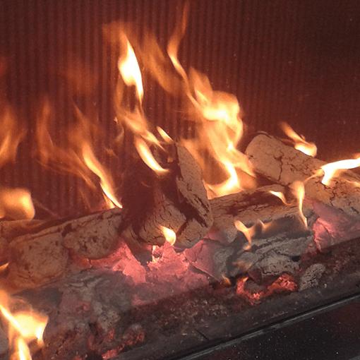 briquetas-de-madera-ardiendo-en-chimenea